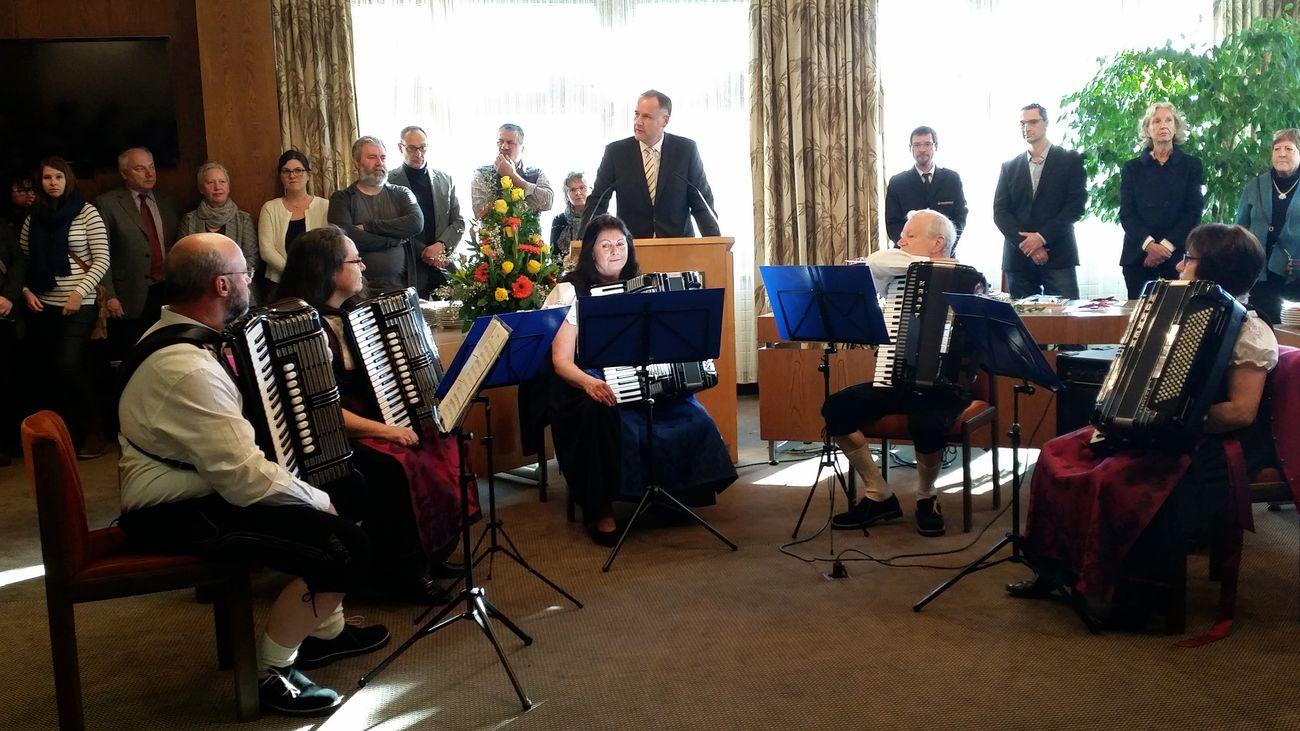 Bürgermeister begrüßt die Gäste